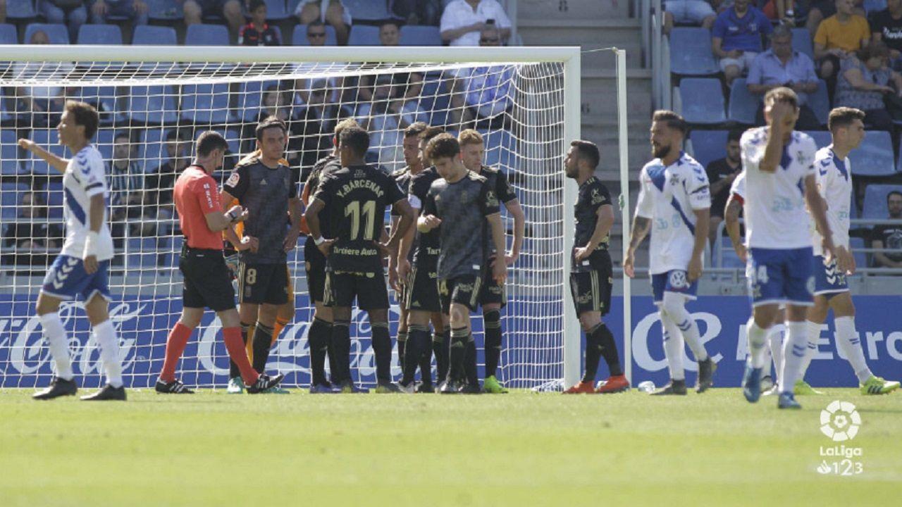 Tenerife Real Oviedo Heliodoro Rodriguez Lopez.Los futbolistas del Real Oviedo protestan el penalti del 1-0