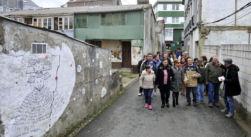 .El impulsor de las Meninas de Canido guio la ruta por las principales pinturas del barrio.