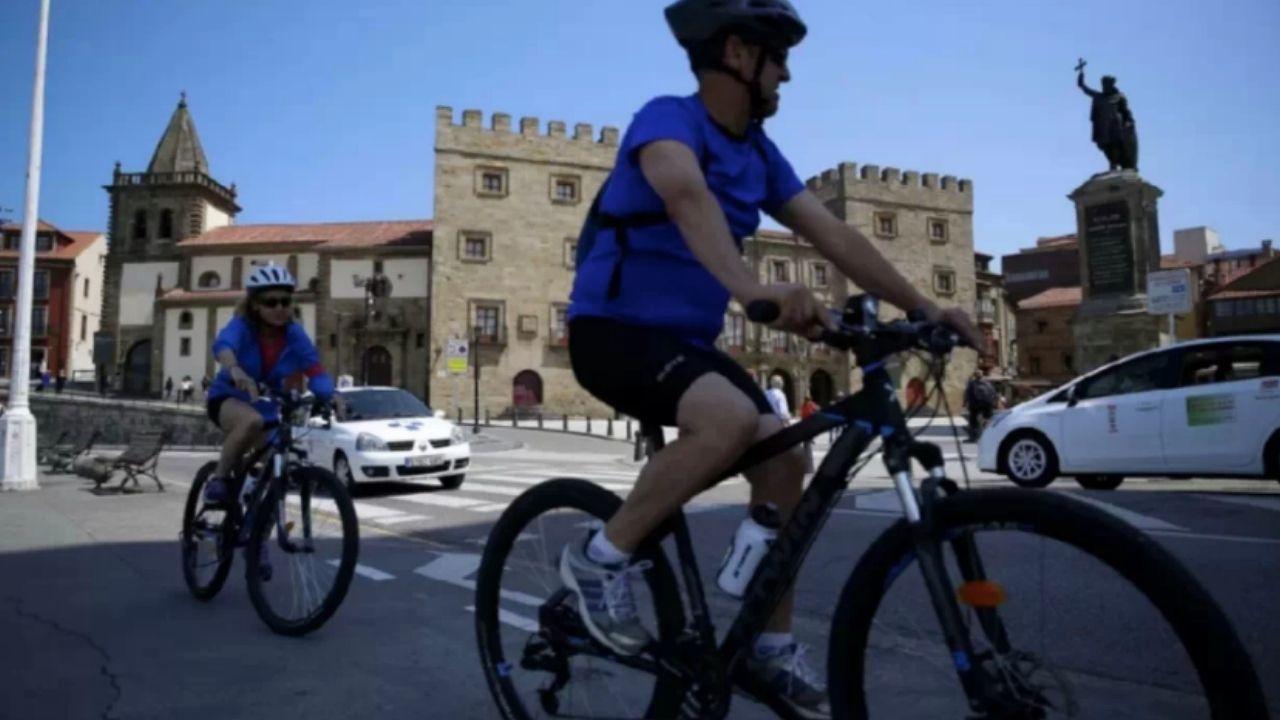 Ciclistas en Gijón.Jorge Fernández, médico y miembro de Fridays For Future Asturies