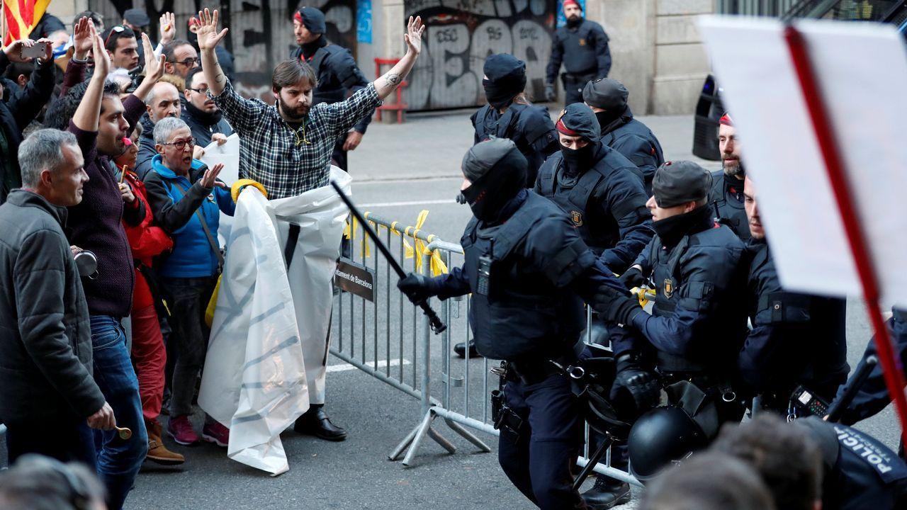 .Además, entonaban cánticos a favor de la independencia de Cataluña y de los presos soberanistas, como «Libertad presos políticos» y «Somos República», y llevaban banderas esteladas y lazos amarillos.