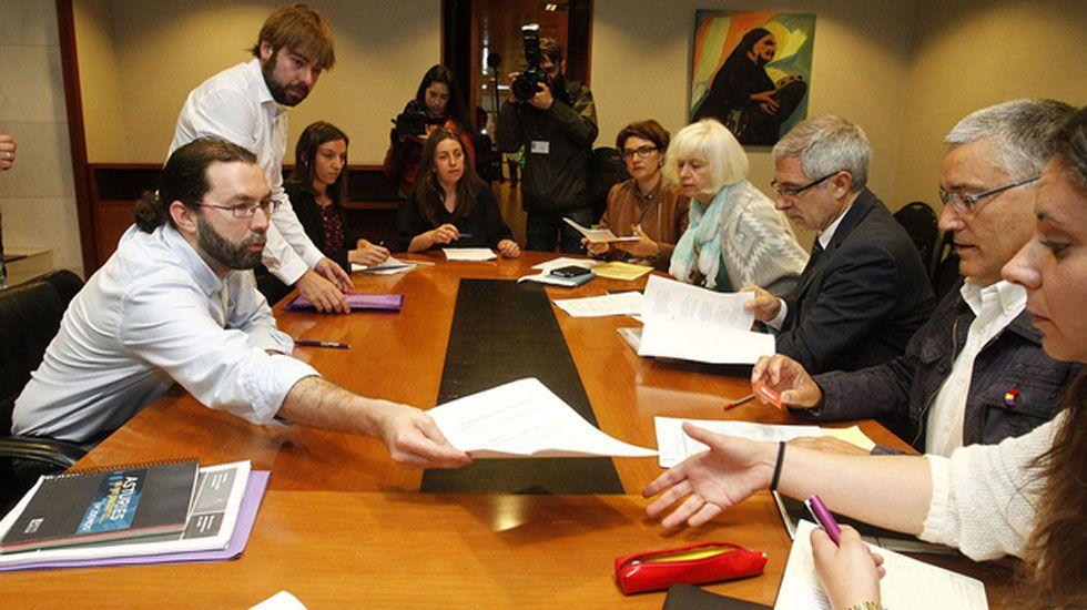 Emilio León y Gaspar Llamazares, con los responsables de sus partidos, Daniel Ripa y Manuel González Orviz, en el primer encuentro entre IU y Podemos
