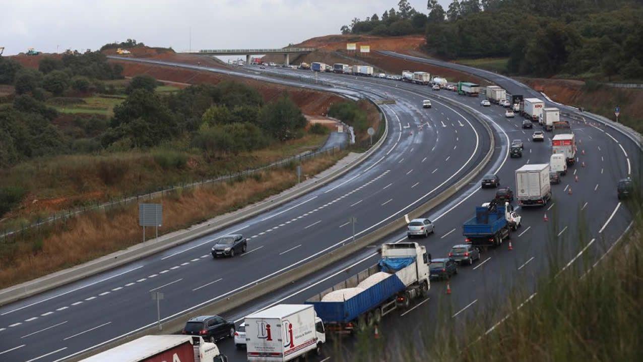 Atasco en la AP-9, en Santiago, tras una colisión entre dos vehículos.El Gobierno podrá prohibir a los camiones circular por carreteras convencionales