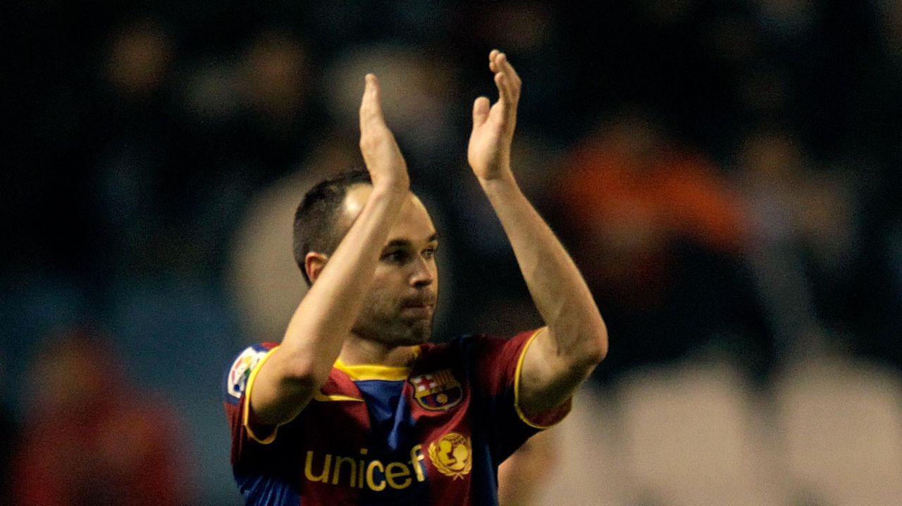 .Iniesta aplaude en Riazor en el partido del 2011, el primero tras el gol del Mundial.