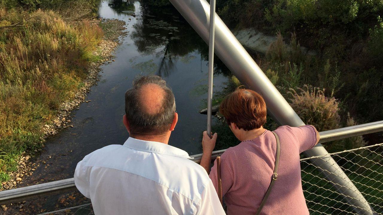 Así suelta agua el embalse más grande de Galicia.Río Cabe, en Monforte. Antes de entrar en el centro de la ciudad el caudal apenas supera los 20 centímetros.