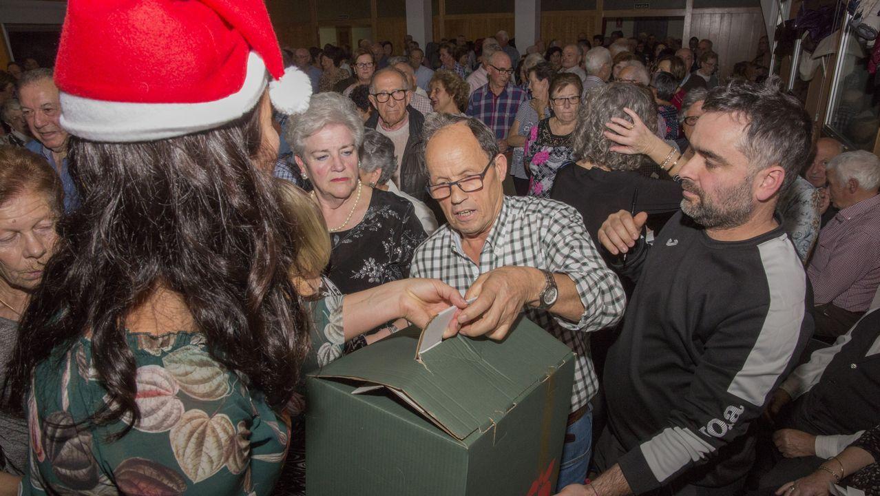 Los mayores, de baile navideño en el Pazo da Cultura carballés
