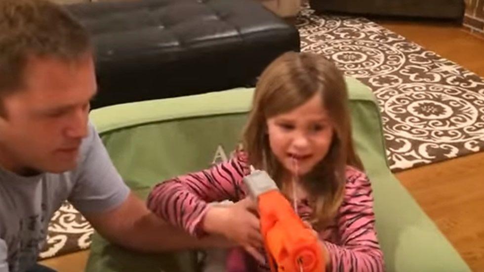 Se arranca un diente con su pistola de juguete.Viki Odintcova, la nueva novia de Fernando Alonso
