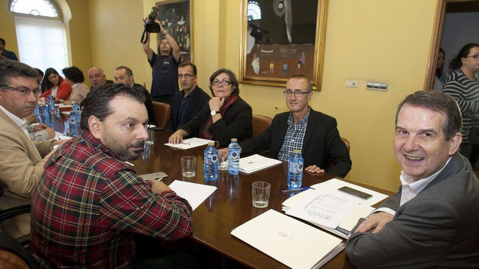 El temporal provoca inundaciones por Vigo y su área.Caballero dio por iniciada ayer la campaña de las elecciones generales junto a alcaldes y portavoces del PSOE del área de Vigo.