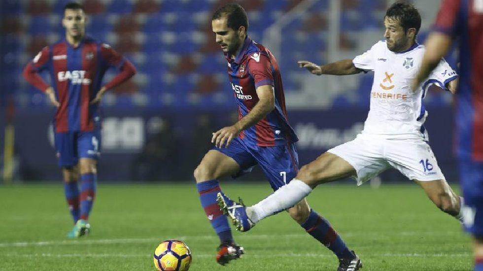 El Alavés-Deportivo de Copa, en fotos.Verza conduce el balón ante la presión de Aitor Sanz