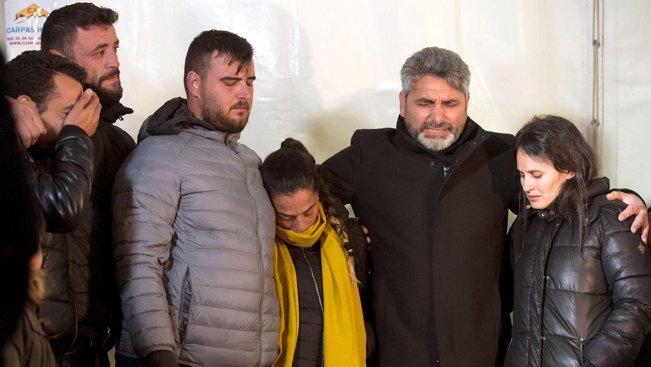 | EFE.Los padres de Julen, segundo y tercero por la izquierda, durante el rescate del pequeño Julen