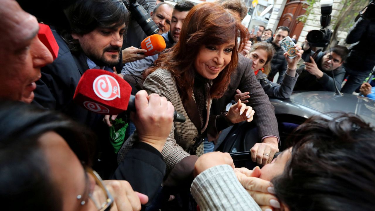 EN DIRECTO:Juan Guaidóaparece en públicotras su autoproclamación como presidente.La expresidenta argentina saliendo de los tribunales el pasado mes de septiembre