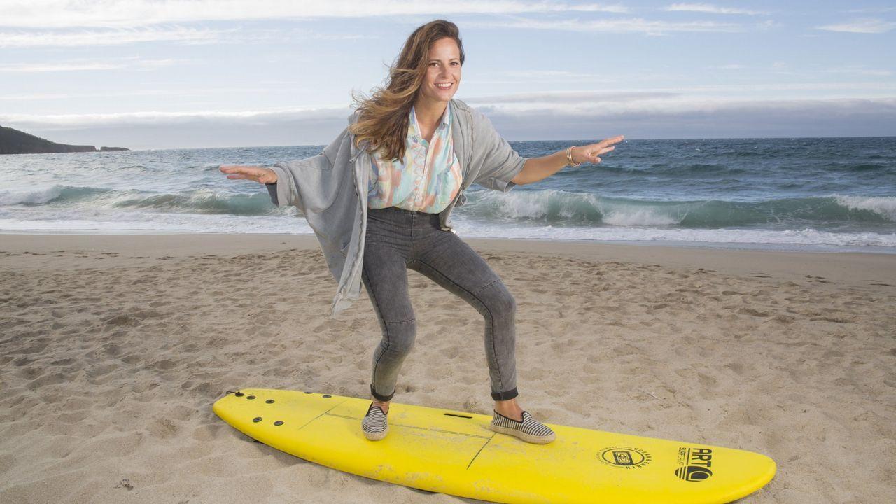 La actriz María Tasende bromea sobre una tabla de surf