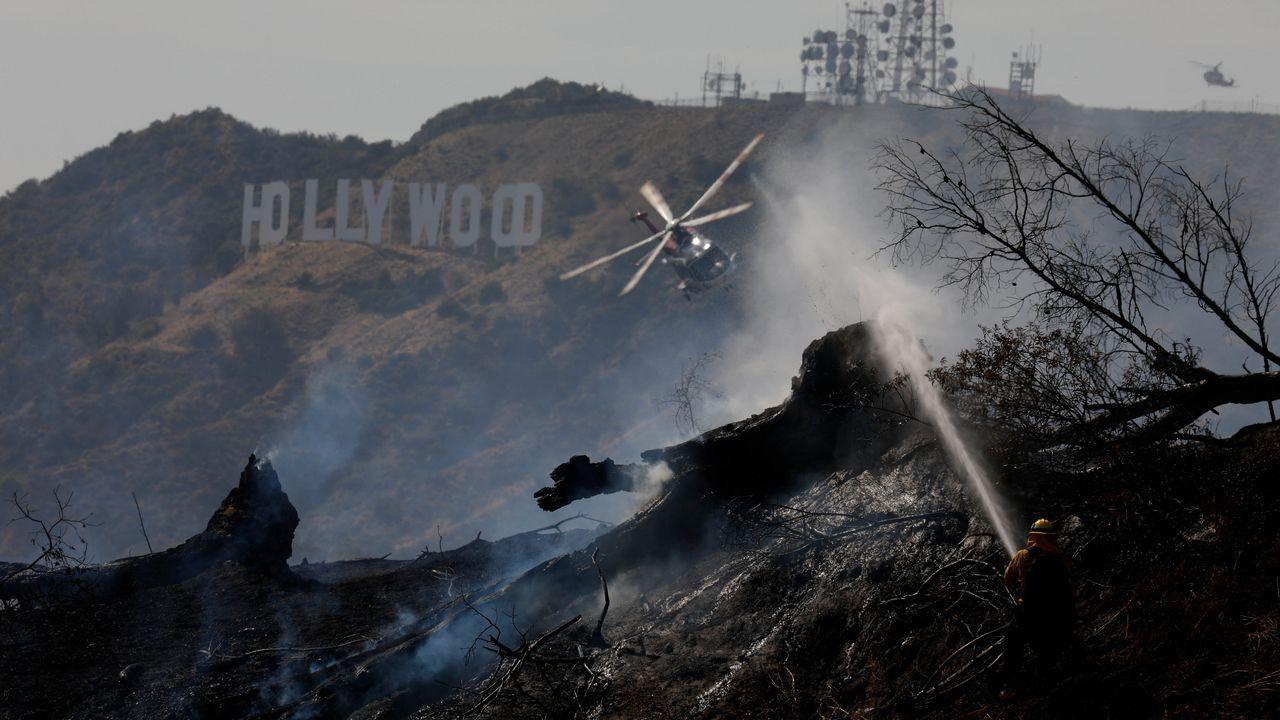 .Un helicóptero trabaja en las labores de extinción de un incendio en Hollywood, Los Ángeles