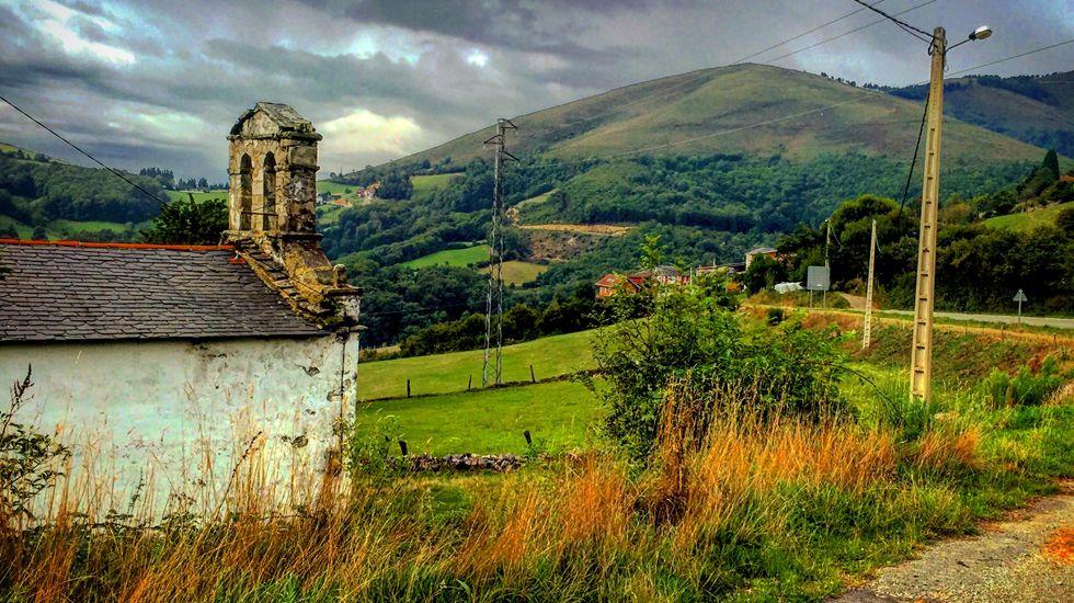 La aldea de Porciles, con la iglesia de San Roque en primer término.