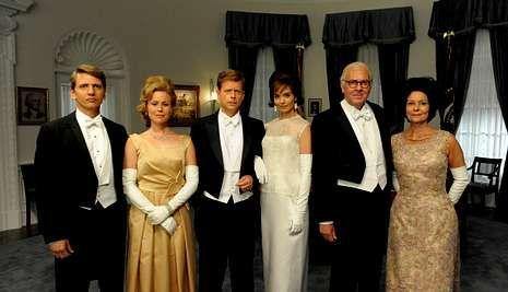 Sorpresas en los premios Emmy.Greg Kinnear y Katie Holmes (en el centro) encarnan a la pareja presidencial John y Jackie.