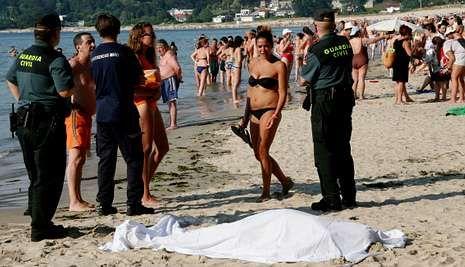 El hombre falleció en la playa de Miño; el equipo de rescate intentó reanimarlo, sin éxito.