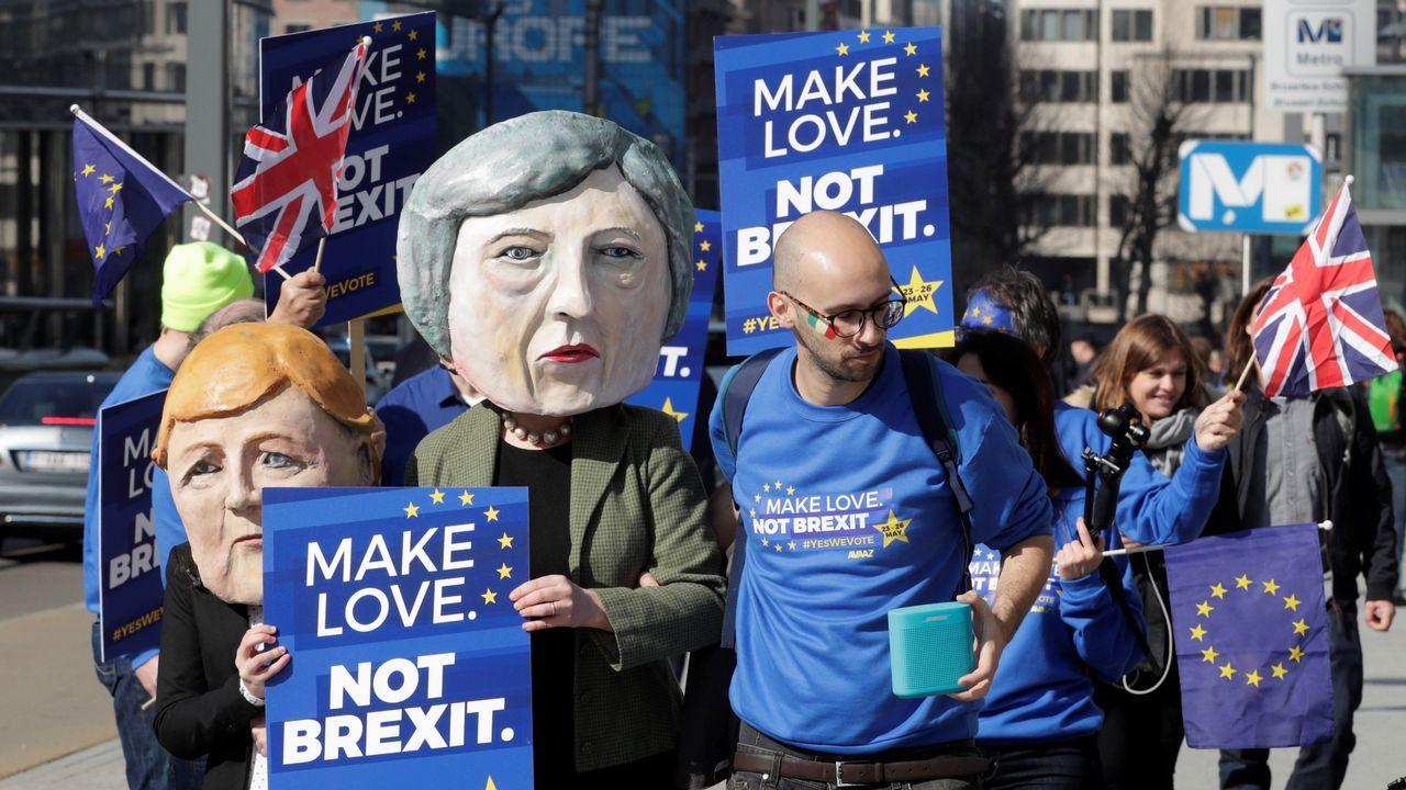 Miles de británicos salen a la calle para exigir que Reino Unido se quede en la UE.Manifestación frente al edificio de la Comisión Europea en Bruselas para exigir un segundo referendo sobre el «brexit»