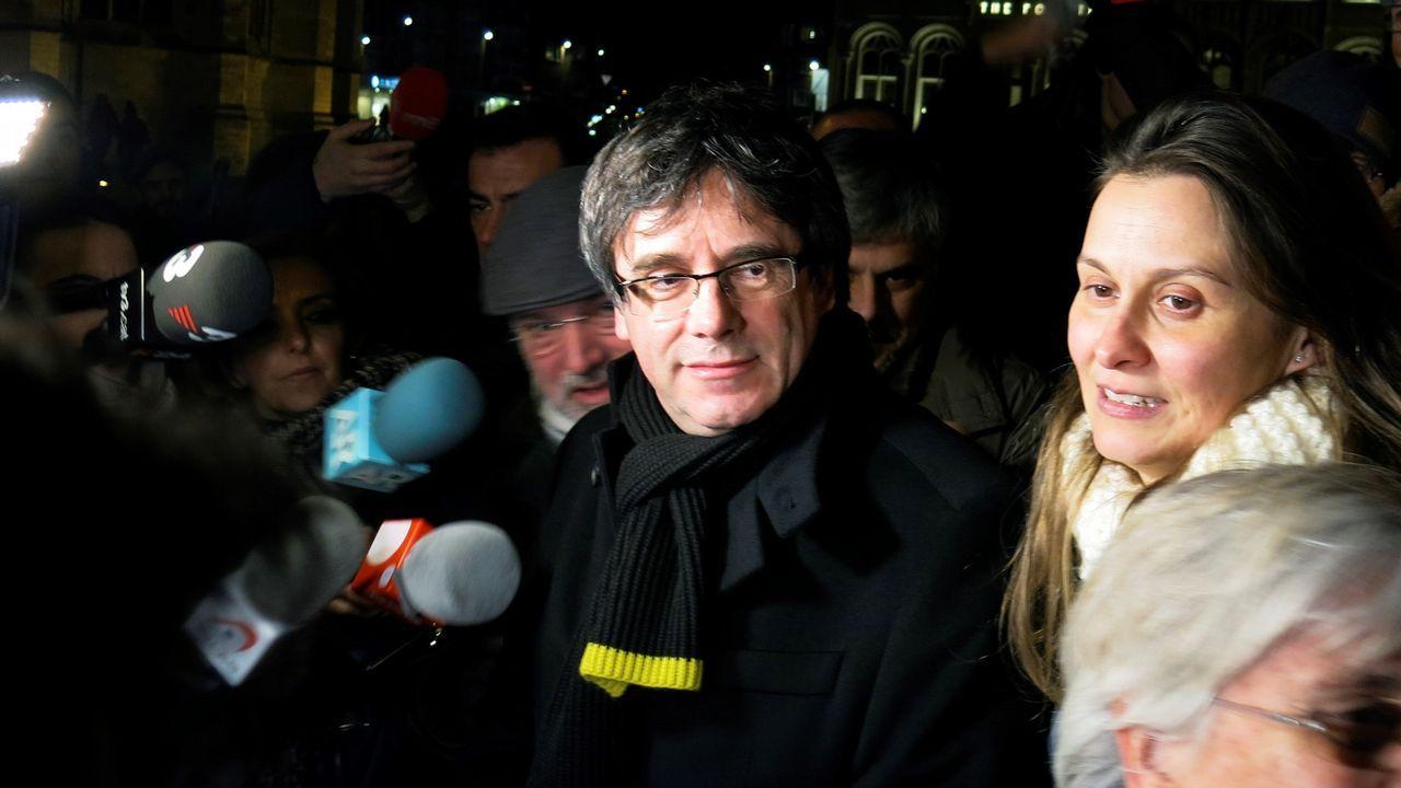 Puigdemont se va de tapas tras conmemorar los 100 días que lleva fugado.Las diputadas de JxCat, Elsa Artadi, y Anna Tarrès, tras la reunión con representantes de ERC