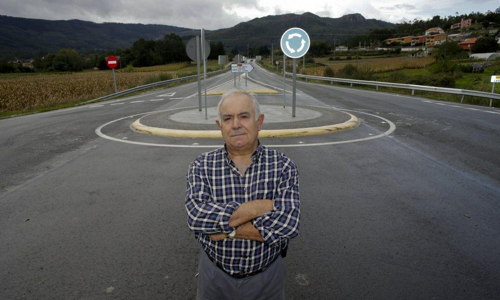 .Enrique González, junto a la rotonda que instaló la Xunta en la zona donde murió su mujer.