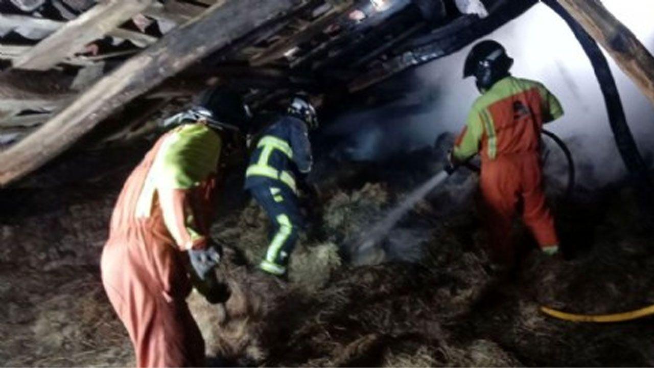 Cuatro escenas del altercado del campus de El Milán.Bomberos del SEPA trabajando en la extinción del incendio en un pajar en Carreño