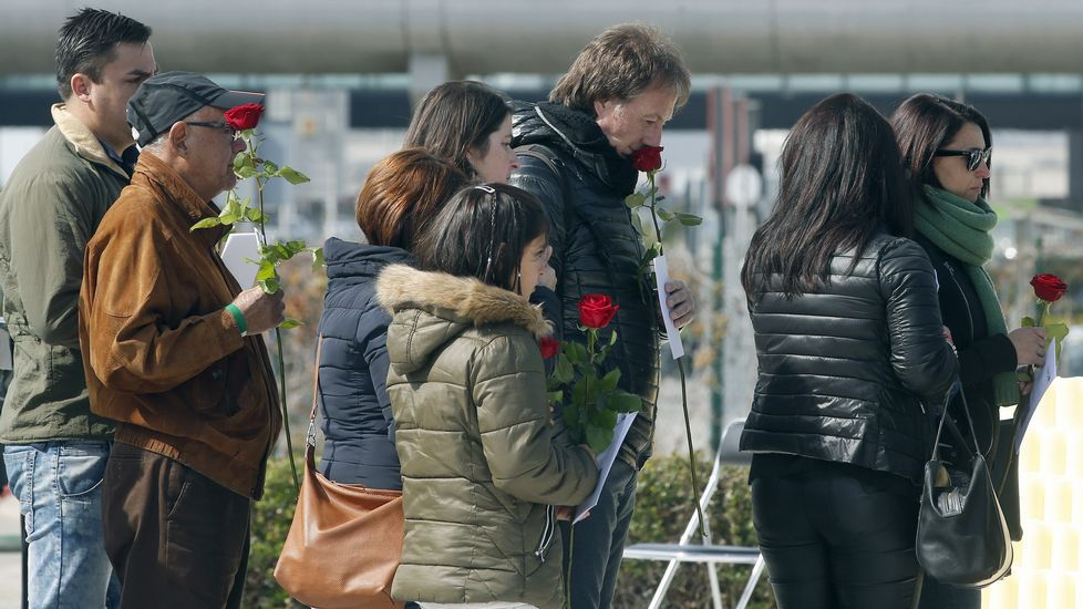 .Varios familiares dejan rosas en el monumento de recuerdo durante el homenaje a las víctimas del accidente de Germanwings.