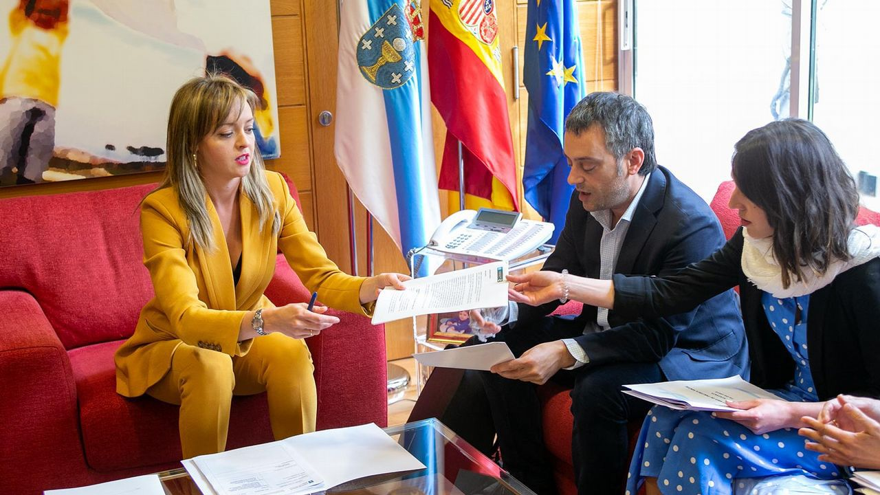 A conselleira de Política Social,  Fabiola García, con el alcalde de A Coruña, Xulio Ferreiro, y la concejala de Servicios Sociales, Silvia Cameán