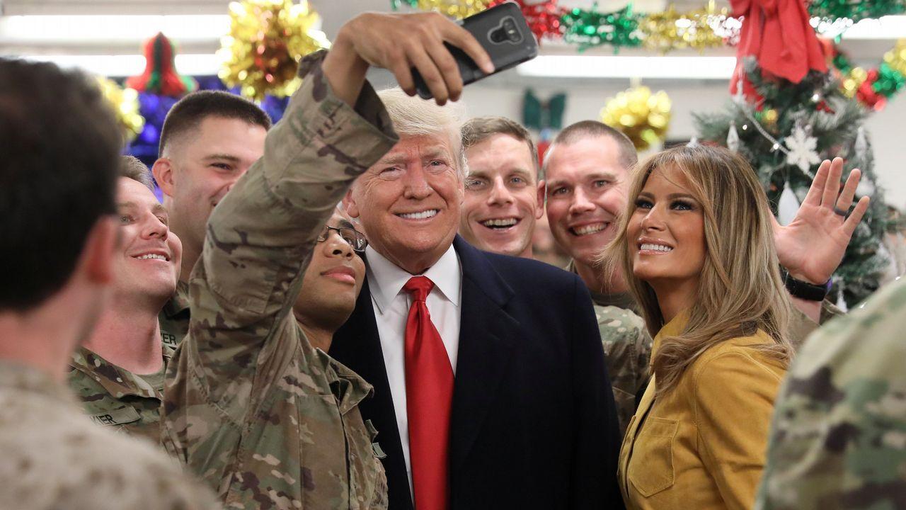 Trump y Melania se fotografiaron con los soldados de la base aérea Al Asad, en Irak