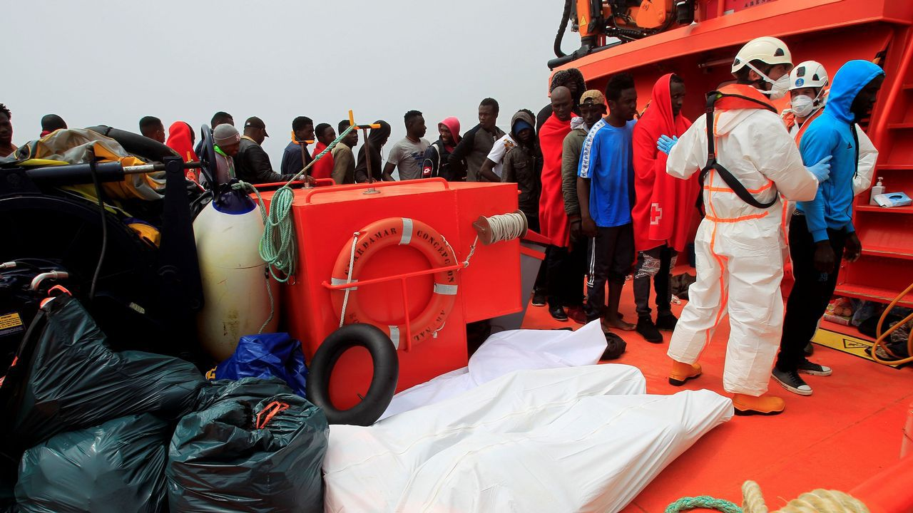 .Los cuerpos de los cuatro fallecidos y decenas de rescatados llegan al puerto de Tarifa