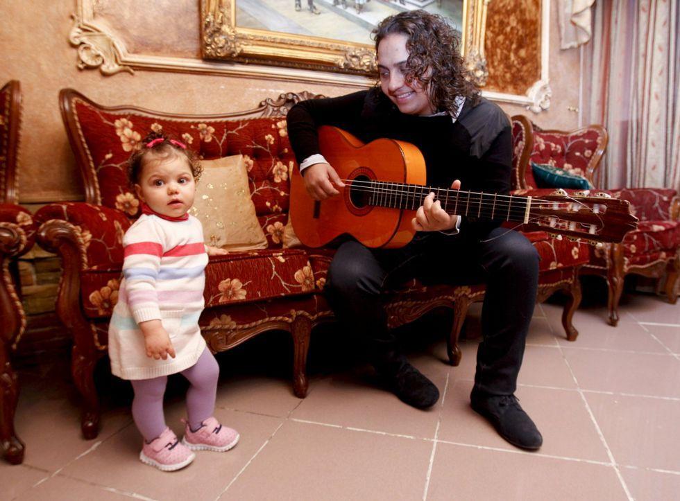 El cantaor lucense Kiki con su hija Manuela en la casa que tiene su familia en Fingoi.