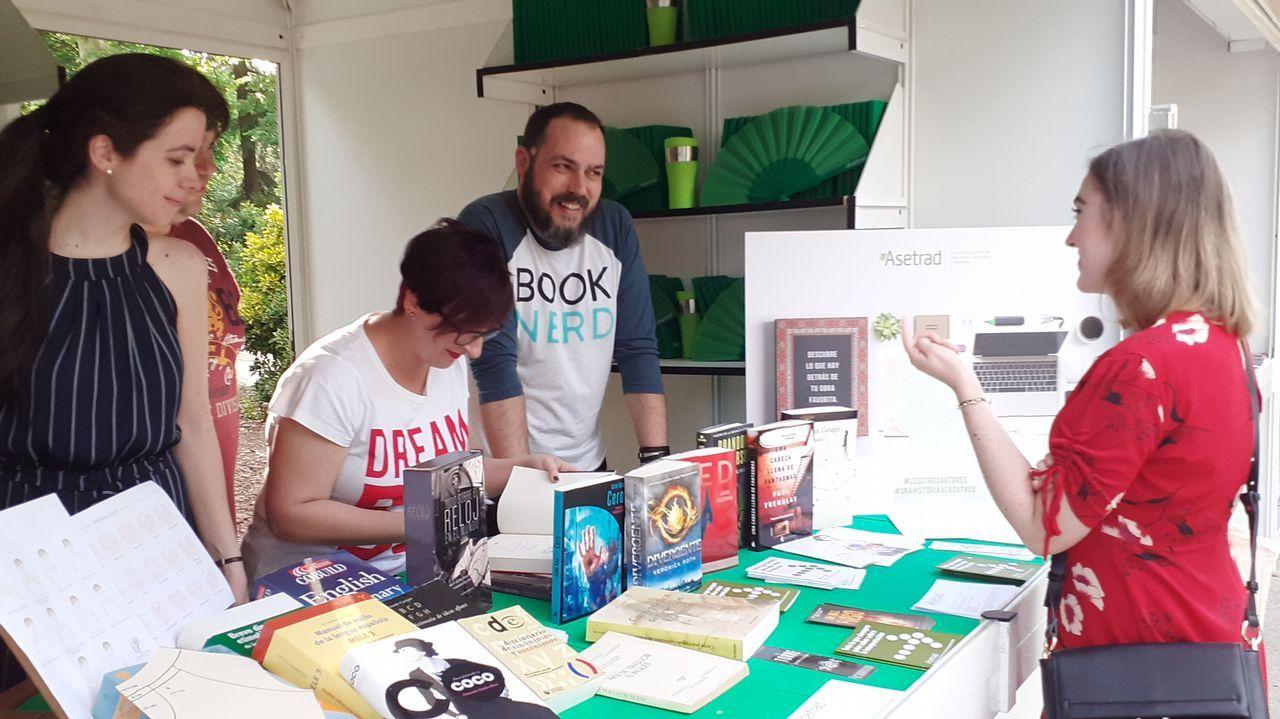Pilar Ramírez, traductora de «Los juegos del hambre», firmando ejemplares en la caseta de la asociación de traductores en la Feria del Libro de Madrid
