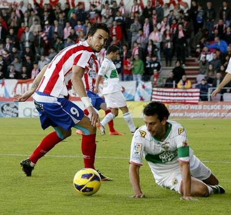 Óscar Díaz, junto a un jugador del Elche, en un partido en que su gol dio la victoria al Lugo.