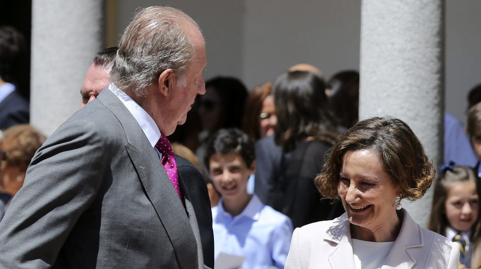 .El rey Juan Carlos conversa con Paloma Rocasolano, a su salida de la iglesia.