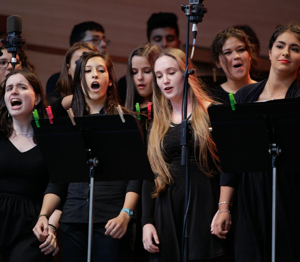 Cuarenta voces del Coro Joven de la OSG cantaron ayer en María Pita.