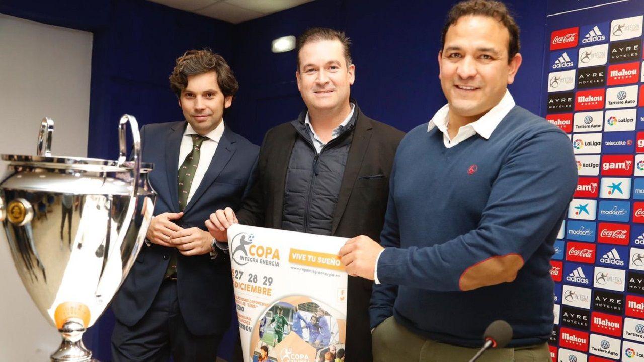 Copa Integra benjamin Real Oviedo Sporting.Eduardo Rergis, a la derecha, junto a los representantes de Integra