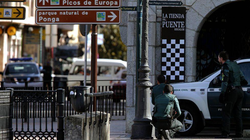 Pasa a disposición judicial el atracador del banco de Cangas de Onís.n atracador se ha suicidado tras protagonizar un robo con rehenes en una sucursal bancaria de Cangas de Onís