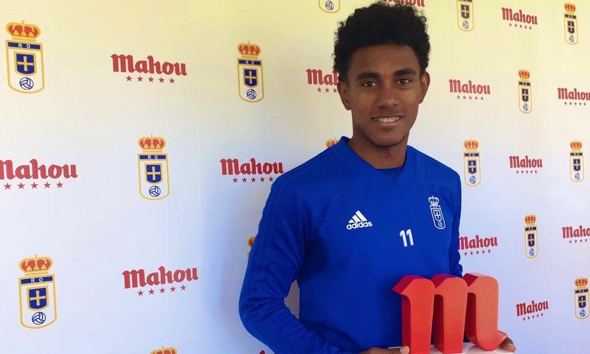Yoel Bárcenas con el premio a mejor jugador de enero