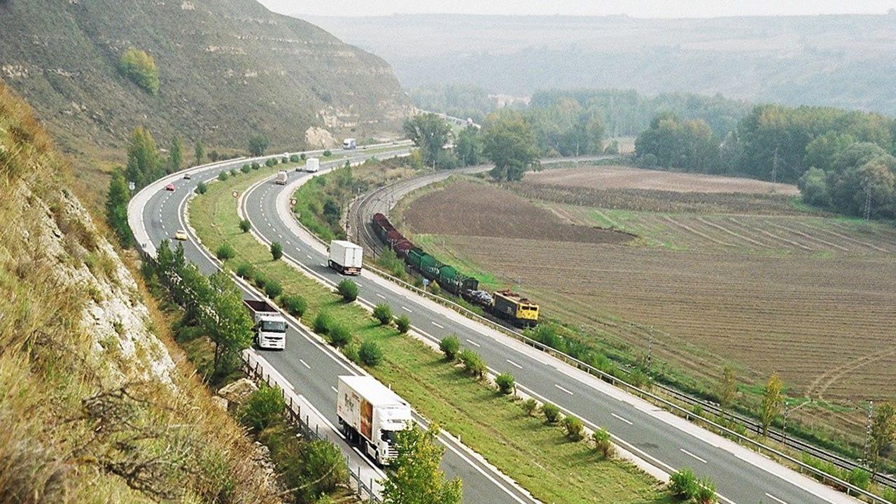 La autopista del Huerna.Un militante de Vox