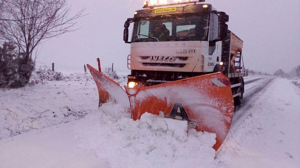 La nieve cubre de blanco las zonas altas de Galicia.Fernández, Campos y Sánchez, ayer en la Diputación.