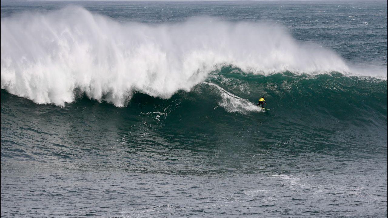Espectáculo sobre las olas en Ribadeo.Fernández, a punto de surfear una de las olas grandes con las que ganó la competición