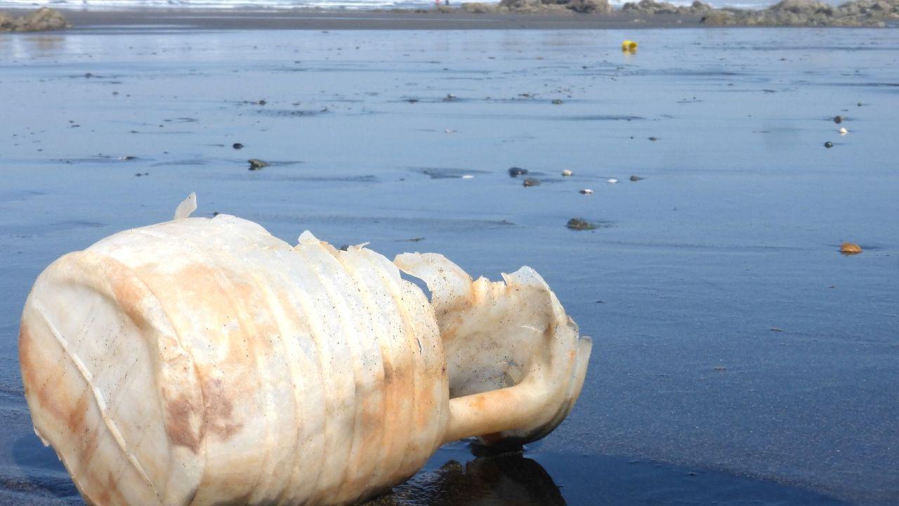 Retiran una mina sin explotar, adherida al casco de uno de los dos petroleros atacados en el Golfo.Restos de una garrafa de plástico en una playa asturiana