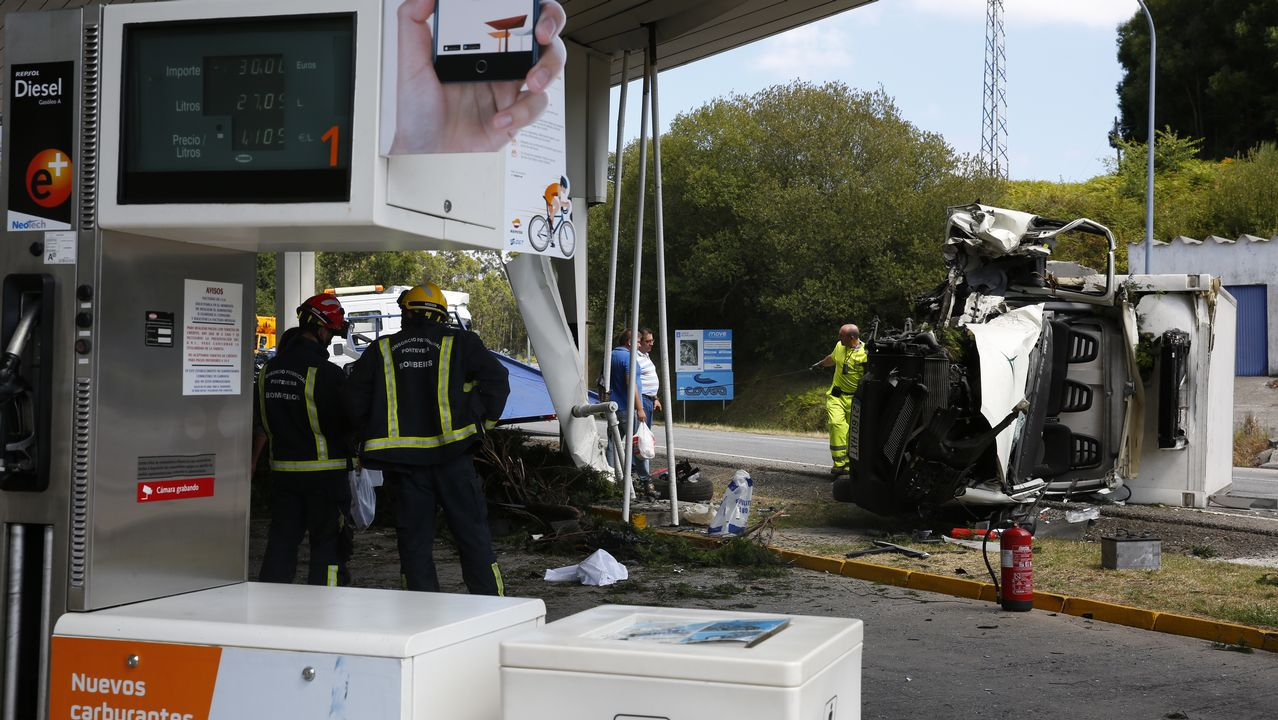 Accidente de un camion contra una gasolinera en Barro.