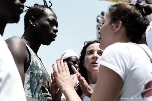 .Las personas rescatadas fueron asistidas por trabajadores de varias ONGs