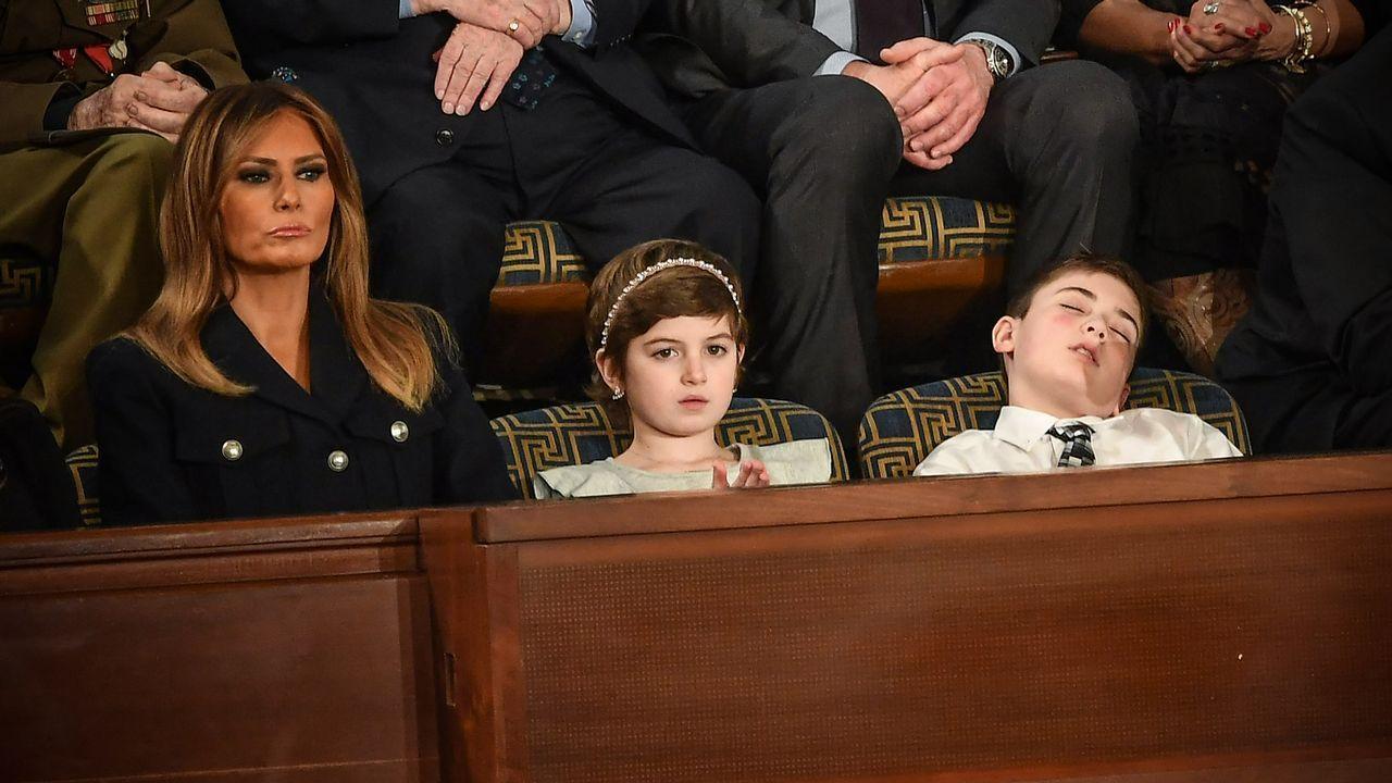 Melania Trump, junto a los dos niños invitados, Grace Eline y Joshua Trump