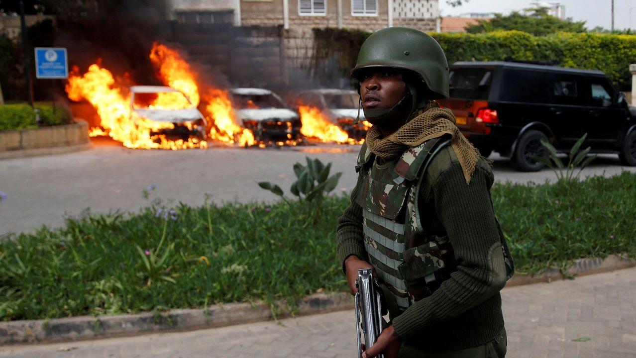 Vehículos ardiendo en el entorno del complejo atacado