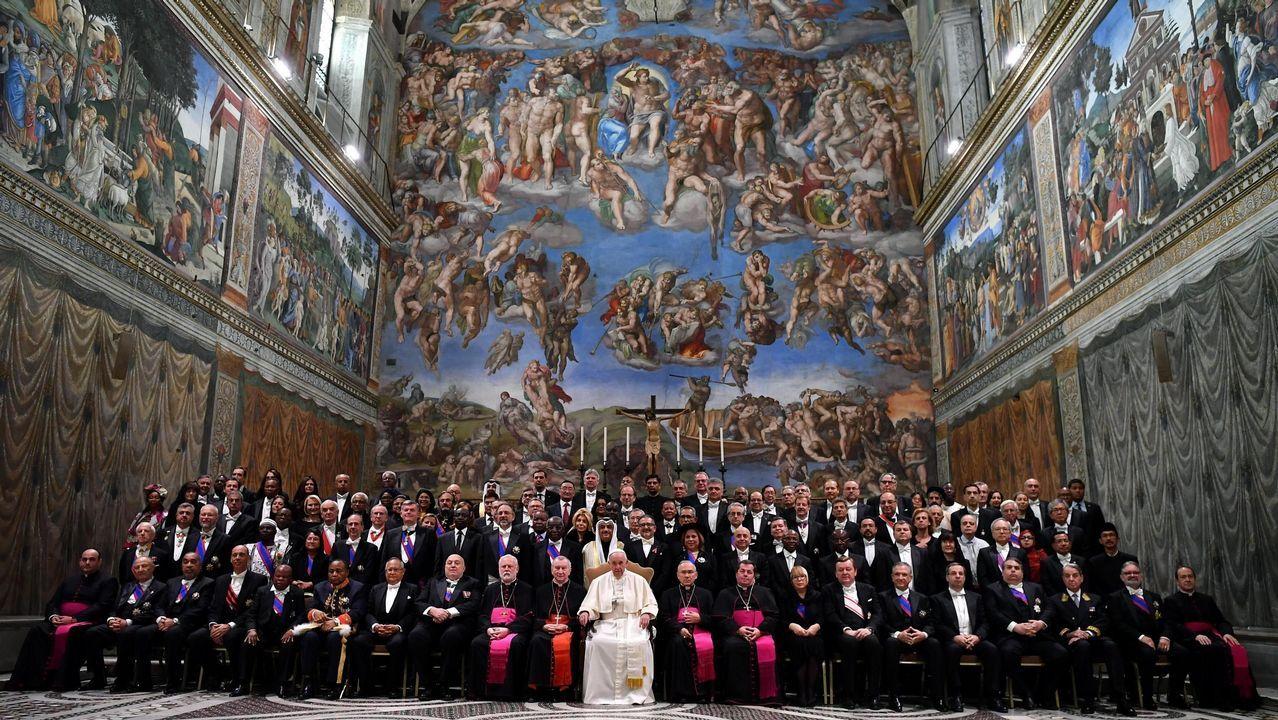 El papa Francisco (c) preside una audiencia con miembros del cuerpo diplomático acreditado ante el Vaticano