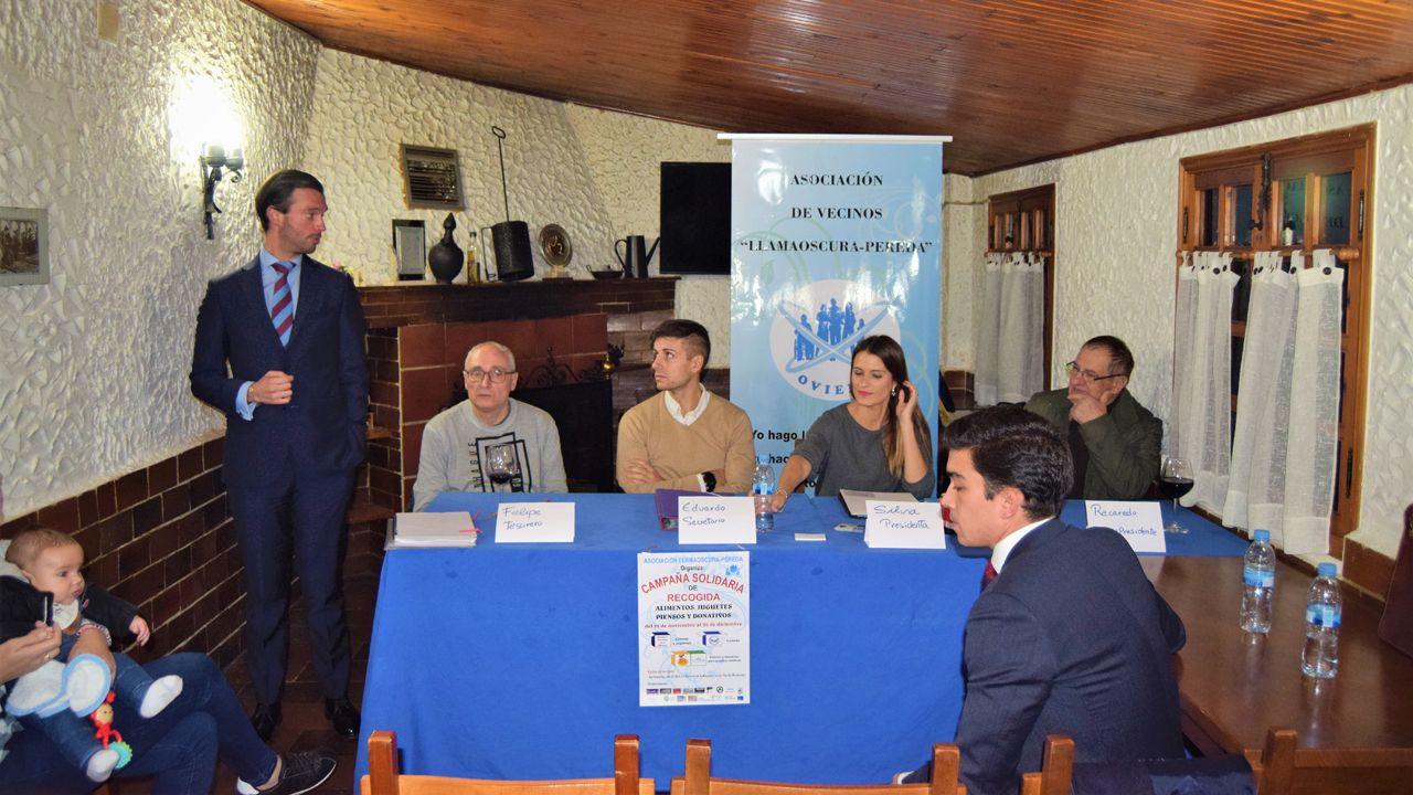 El alcalde de Oviedo, Wecenslao López, charla con el concejal de IU, Iván Álvarez, en la plaza del ayuntamiento y con Rubén Rosón (Somos) en segundo plano.Reunión de la Asociación de Vecinos Llamaoscura-Pereda
