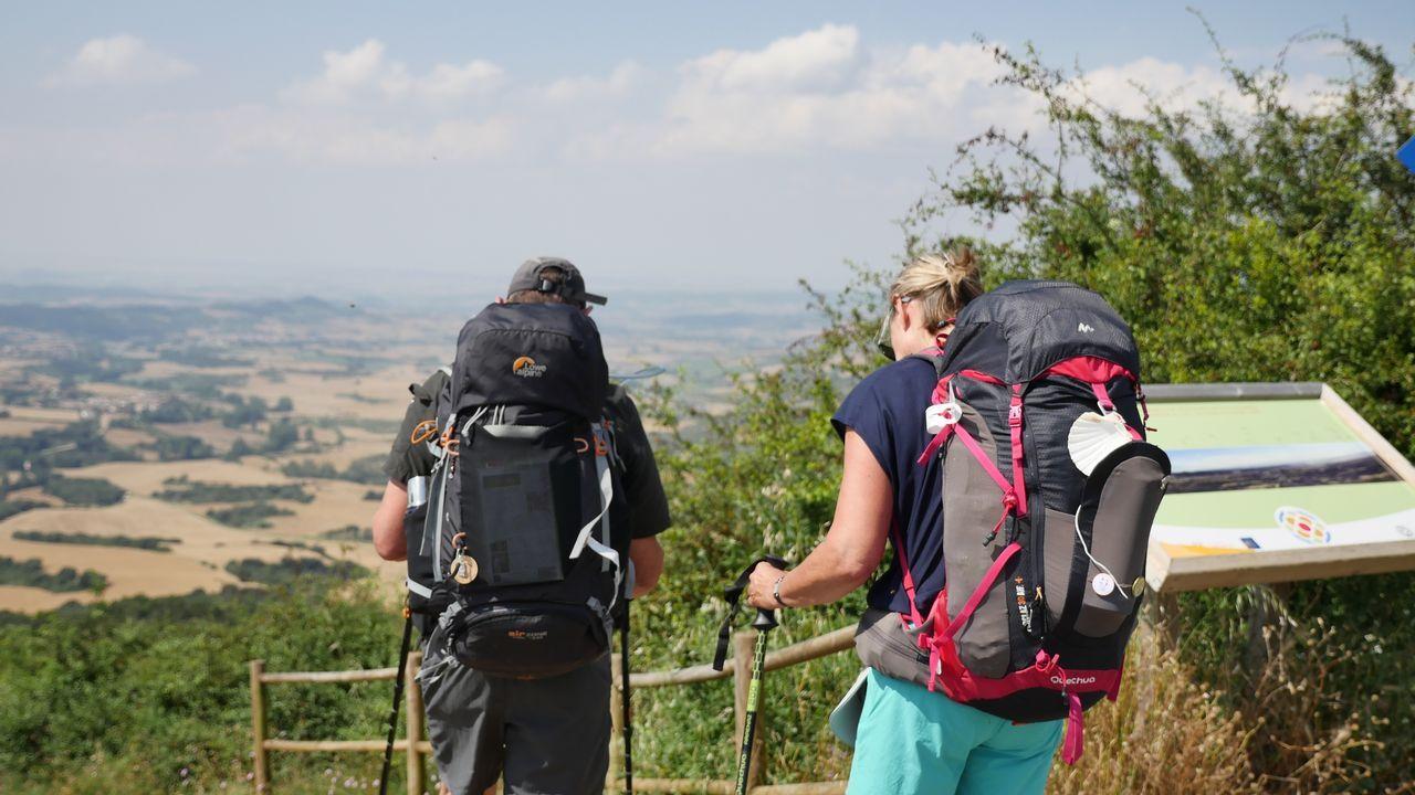 .Peregrinos disfrutando de las vistas desde el Alto del Perdón, situado a 1.039 metros de altura