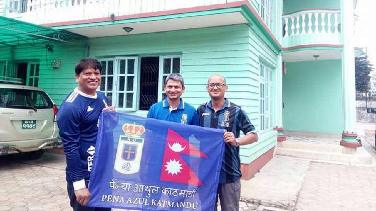 Krishna Puri, en el centro, con dos amigos en Katmandú