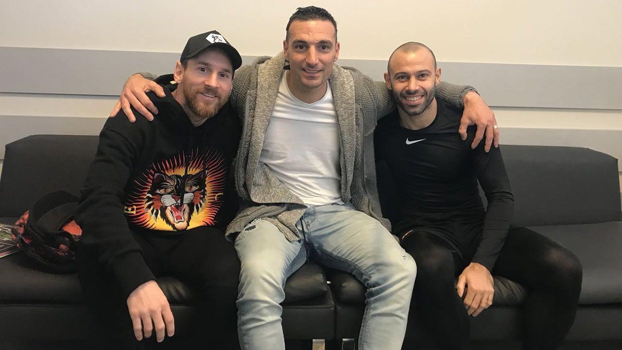 Valverde prefiere esperar a conocer el alcance de las molestias de Messi.Leo Scaloni junto a Messi y Mascherano en Barcelona