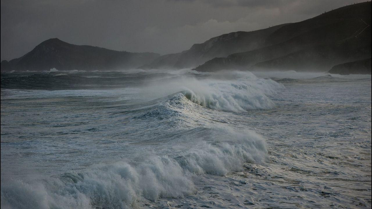 Nube de carbón en El Musel.Oleaje en la playa de Ponzos durante uno de los temporales que azotó el litoral el año pasado