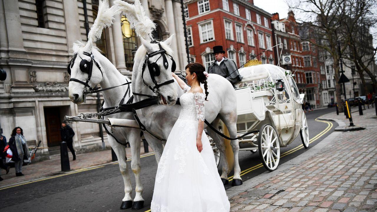 Una novia posa para el reportaje gráfico de su boda durante el Día de San Valentín en Londres